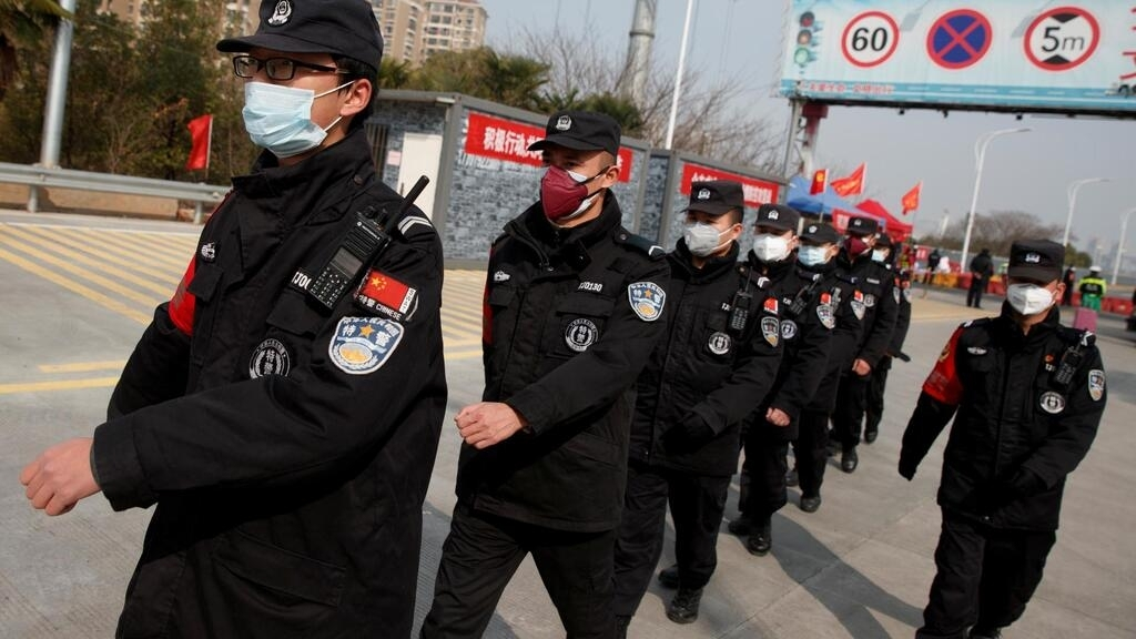 Các nhân viên an ninh đổi gác tại trạm kiểm soát nằm bên sông Trường Giang ở Cửu Giang (tỉnh Giang Tây), không cho qua lại Hồ Bắc, ngày 01/02/2020.
