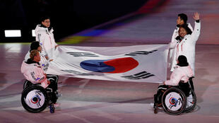 Южнокорейские спортсмены в ходе церемонии закрытия Паралимпиады-2018