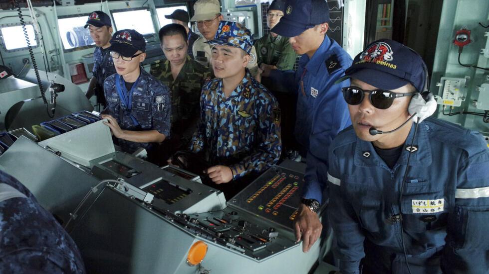 Hải quân Việt Nam và Nhật Bản trong một cuộc diễn tập trên tàu trực thăng vận JS Izumo (DDH-183) trong vùng Biển Đông, ngày 26/06/2019.