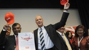 Airbus'  Tom Enders (R) and Founder of AirAsia X Tony Fernandes