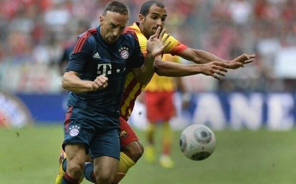 Mshambuliaji wa Bayern Munich Franck Ribery akikabiliana na beki wa Barcelona kwenye mchezo wa kirafiki