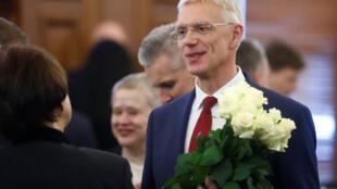 Le Premier ministre de Lettonie, Krisjanis Karins, porte des fleurs après le vote du parlement à Riga, en Lettonie, le 23 janvier 2019.