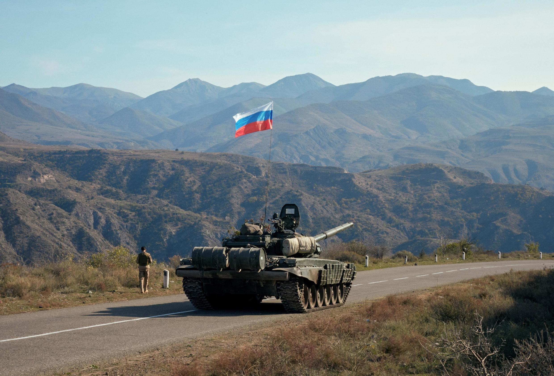 Le maintien de la paix dans le Haut-Karabakh sera assuré par les troupes russes. Ici, des membres de l'armée russe près de la frontière arménienne, après le cessez-le-feu au Haut-Karabakh, le 10 novembre 2020.