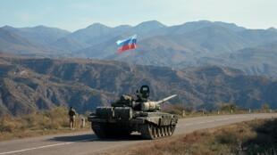 Ddes membres de l'armée russe près de la frontière arménienne, après le cessez-le-feu au Haut-Karabakh, le 10 novembre 2020.