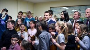O presidente Emmanuel Macron em visita a uma escola primária no centro da França.