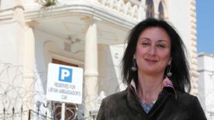 La journaliste et blogueuse maltaise Daphne Caruana Galizia, photographiée en 2011 devant l'ambassade lybienne à La Valette, sur l'île de Malte.