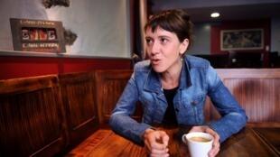 Aurore Martin discute avec des journalistes, le 28 juillet 2011, à Hasparren (France).