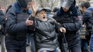 Người biểu tình ở Nga bị câu lưu, hôm nay phải ra toà - REUTERS /Tatyana Makeyeva