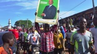 Des sympathisans de l'UFDG de Cellou Dalein DIallo paradent dans les rues de Conakry, le 25 septembre 2020.
