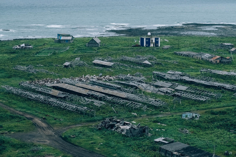 Село Никольское, остров Беринга. Разрушенная звероферма и метеостанция.
