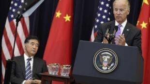 Phó tổng thống Mỹ Joe Biden phát biểu trong ngày khai mạc Đối thoại Kinh tế Chiến lược Mỹ Trung 10/7/2013. Ngồi bên là phó thủ tướng Trung Quốc Uông Dương.