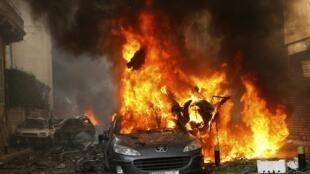 Un automóvil en llamas tras el atentado en Beirut.