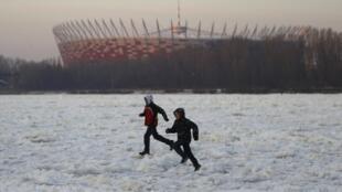 Niños juegan en las aguas heladas del río Vístula, en Varsovia, el 5 de febrero de 2012.