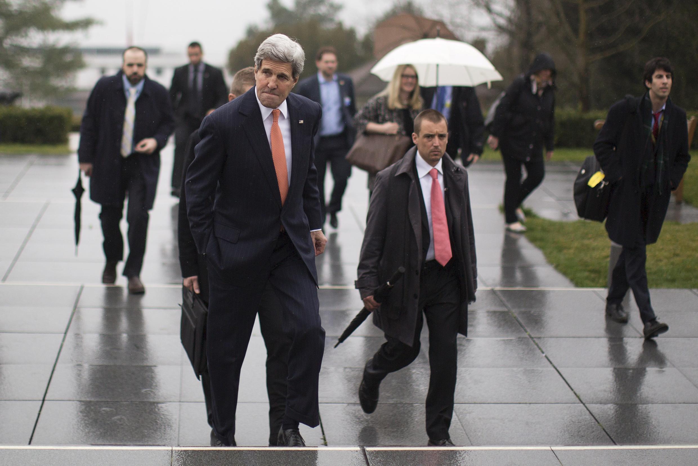 Secretário de Estado americano, John Kerry, deixou Lausanne (Suíça) em direção a Londres, onde se encontra com parceiros europeus neste sábado.