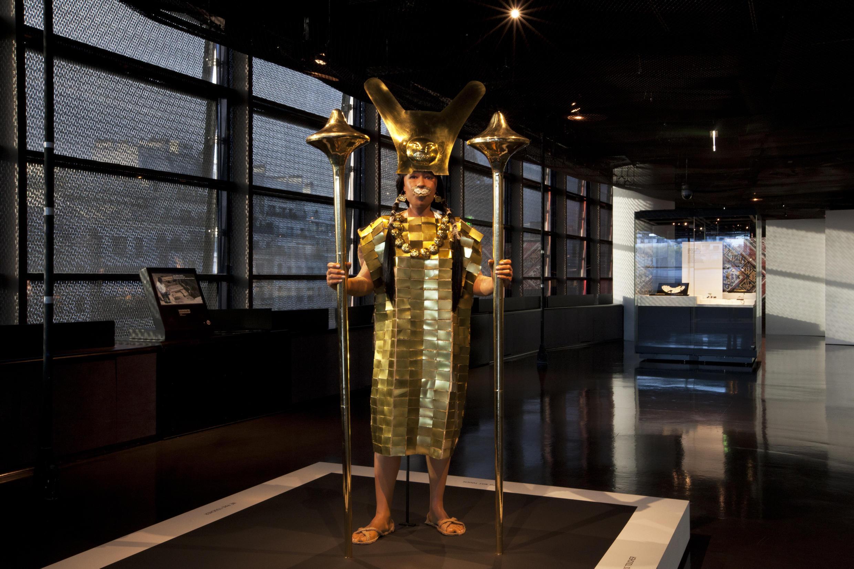 Reconstitución de la Dama de Cao, con atributos relacionados con el poder (corona, cubreboca, báculo...). El fardo funerario fue encontrado en el 2004, la momia está tatuada y en muy buen estado.