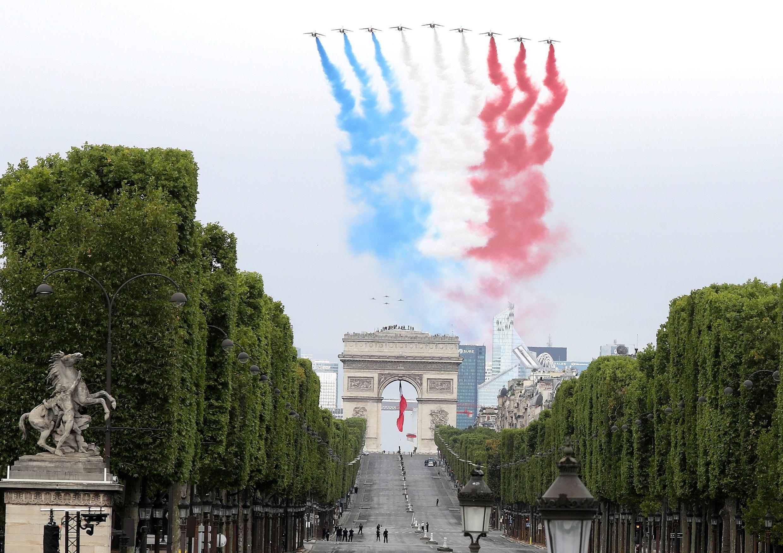 Авиационный парад. Пилотажная группа Patrouille de France. Национальный праздник Франции. Площадь Согласия в Париже 14 июля 2020.