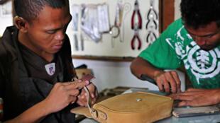Dans l'atelier d'IZAHO, les artisans peuvent passer plus de 60 heures pour réaliser une seule pièce de maroquinerie. Un travail exigeant, qui fait appel à un savoir-faire en voie de disparition dans les pays occidentaux.