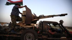 Rebeldes líbios se preparam para entrar na cidade de Bani Walid.