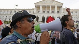 Protesto em frente ao Parlamento português contra o Orçamento no dia 13 de outubro de 2012