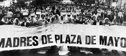 En Argentine, les Mères de la place de Mai se sont battues pour que l'Etat argentin se penche sur le cas des 30000 disparus sous la dictature, entre 1976 et 1983.