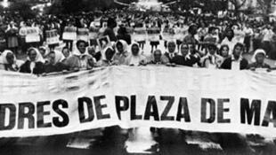 En Argentina, las Madres de la Plaza de Mayo lucharon por que el Estado argentino respondiera por los 30 000 desaparecidos de la dictadura militar de 1976-1983
