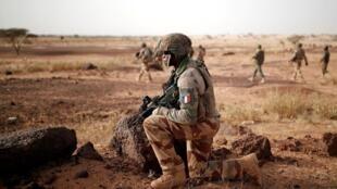 Des troupes des forces armées maliennes et des soldats français de l'opération Barkhane lors d'une patrouille conjointe à Inaloglog, au Mali, le 17 octobre 2017.