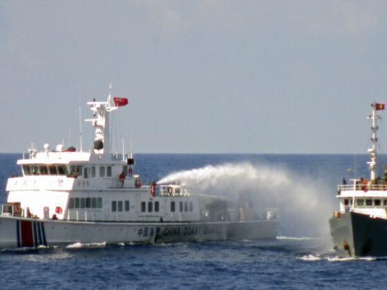 Tàu tuần duyên Trung Quốc phun vòi rồng vào tàu cảnh sát biển Việt Nam, tiếp cận khu vực giàn khoan 981, ngày 08/05/2014.