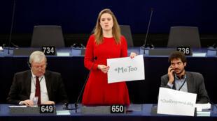 A eurodeputada Terry Reintke segura cartaz com a hshtag #metoo, em referência a crimes de assédio sexual. A denúncia foi feita no Parlamento de Estrasburgo em 25 de outubro de 2017.
