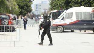 Policiais cercam o Museu do Bardo, em Túnis, onde dois terroristas mataram 20 estrangeiros e um policial tunisiano antes de serem abatidos pelas forças de segurança.
