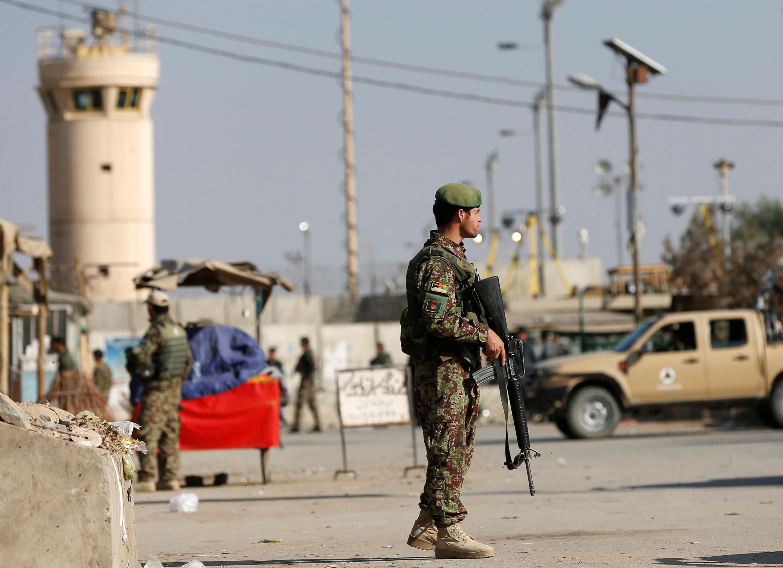 A segurança foi reforçada na entrada da base aérea de Bagram, no Afeganistão, após o atentado deste sábado 12 de novembro de 2016.