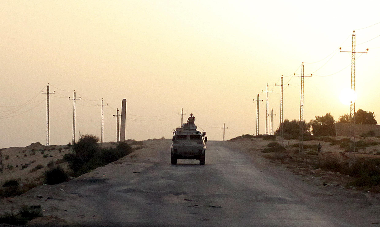 یک کامیون نظامی مصر در شمال صحرای سینا، عکس آرشیو.