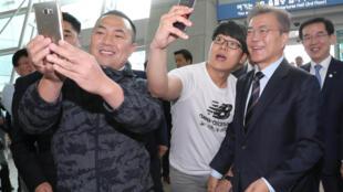 Tổng thống Hàn Quốc  Moon Jae In chụp ảnh với những người nhiệt tình ủng hộ ông. Ảnh chụp tại San bay quốc tế Incheon, ngày 12/05/2017.