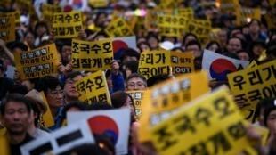 Le partisans du ministre Cho Kuk se sont rassemblés devant le parquet sud-coréen, samedi 5 octobre à Séoul.