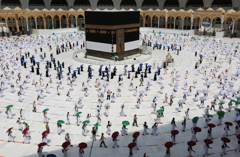 Peregrinos musulmanes dan vueltas alrededor de la Kaaba, el lugar más sagrado del islam, el 29 de julio de 2020 en la Gran Mezquita de La Meca, con motivo del inicio de la peregrinación anual a la ciudad saudí