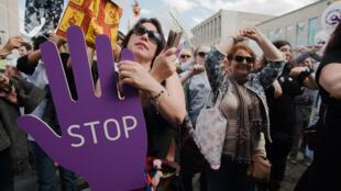 Lors d'une manifestation contre les violences faites aux femmes à Bruxelles, le 8 juin 2017, des femmes reproduisent le symbole international contre le viol.
