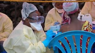 Wasu jami'an lafiya a Jamhuriyar Congo, yayin baiwa mutane rigakafin cutar Ebola.