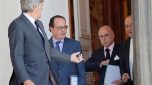 Спикер французского правительства Стефан Ле Фоль, президент Франции Франсуа Олланд,  министр внутренних дел Бернар Казнев и министр обороны Жан-Ив Ле Дриан, 16 июля 2016.