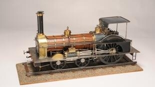 Maquette de locomotive Crampton, «lévrier du rail» du XIXe siècle.