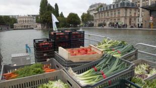 Marché sur l'eau é uma feira de frutas e legumes que chega a Paris de barco, aproximando consumidores e produtores.