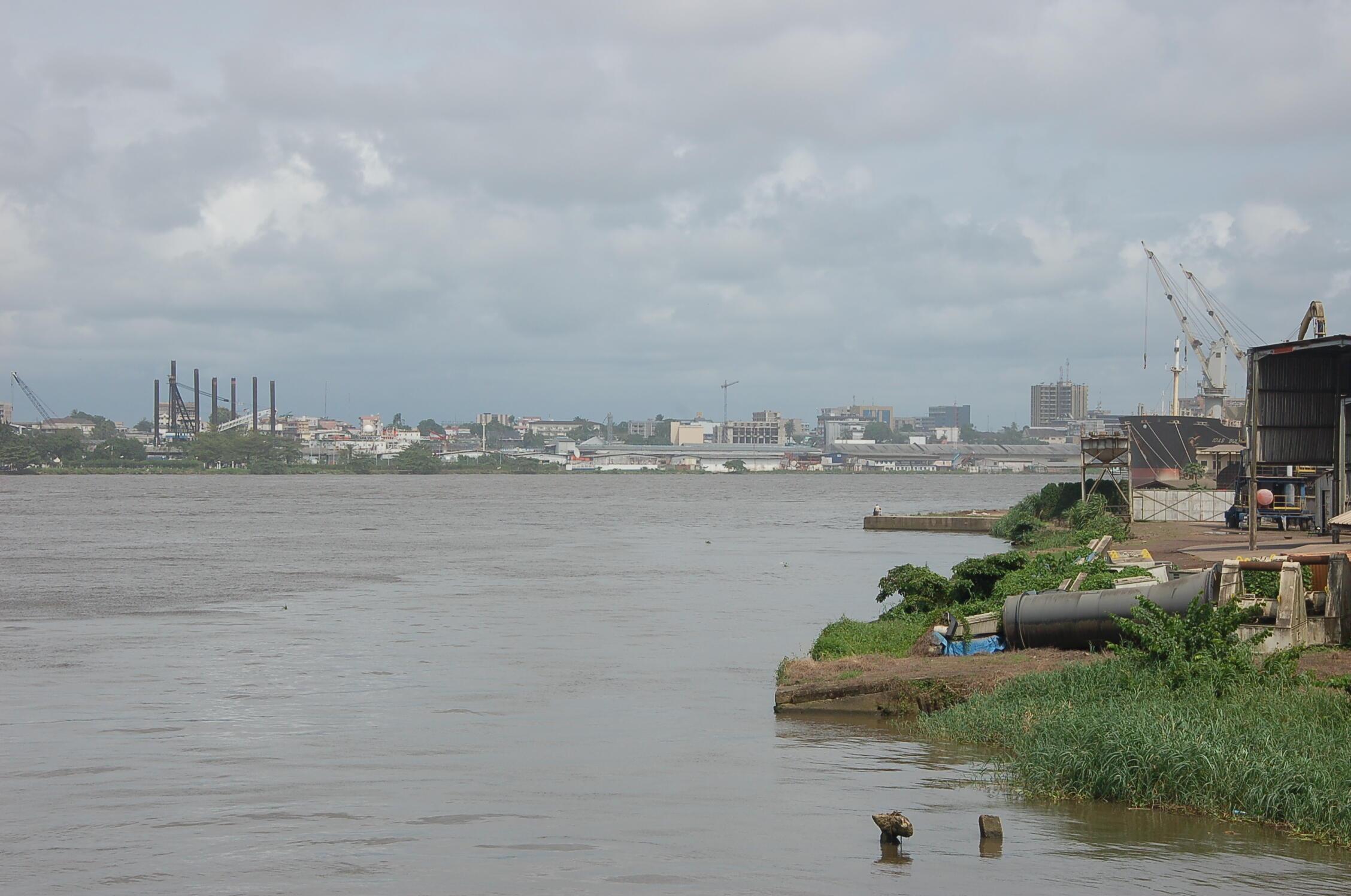 Vue de Douala et du fleuve Wouri.