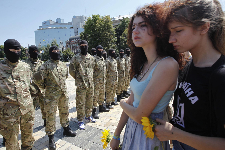 """Бойцы батальона """"Азов"""" Киеве прощаются с близкими перед отправкой в Донбасс."""