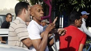 Nhà ly khai (tay cầm nạng) Guillermo Fariñas (©Reuters)