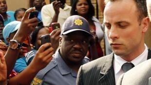 Oscar Pistorius saindo do tribunal de Pretoria, onde está sendo julgado desde 3 de março.