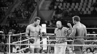 30 octobre 1974: Mohamed Ali affronte George Foreman sur un ring de Kinshasa (Zaïre), un combat du siècle qu'il remporte par KO au 8e round.
