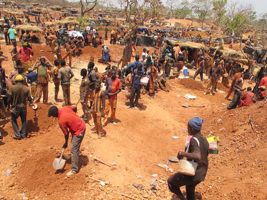 Plusieurs milliers de mineurs, venus de tout le Mali mais également des pays voisins, y cherchent de l'or en creusant des trous profonds dans le sol.