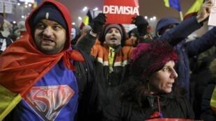 Certains manifestants demandaient toujours la démission du gouvernement roumain, lundi 6 février 2017.