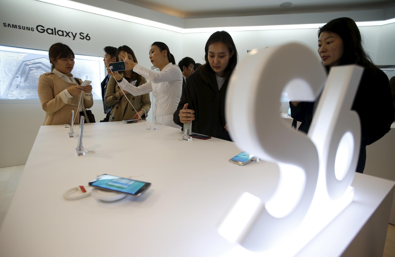 Sul-coreanos correram às lojas para conhecer o novo modelo da Samsung.