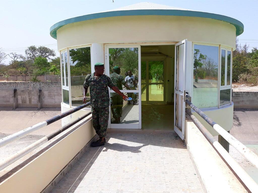 Yahya Jammeh avait fait construire un zoo dans son palais, et notamment un bassin artificiel à poissons et crocodiles.