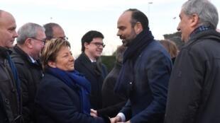 Le Premier ministre français Edouard Philippe, en compagnie de la maire de Calais, Natacha Bouchart, sur place dans le nord de la France ce vendredi 18 janvier.