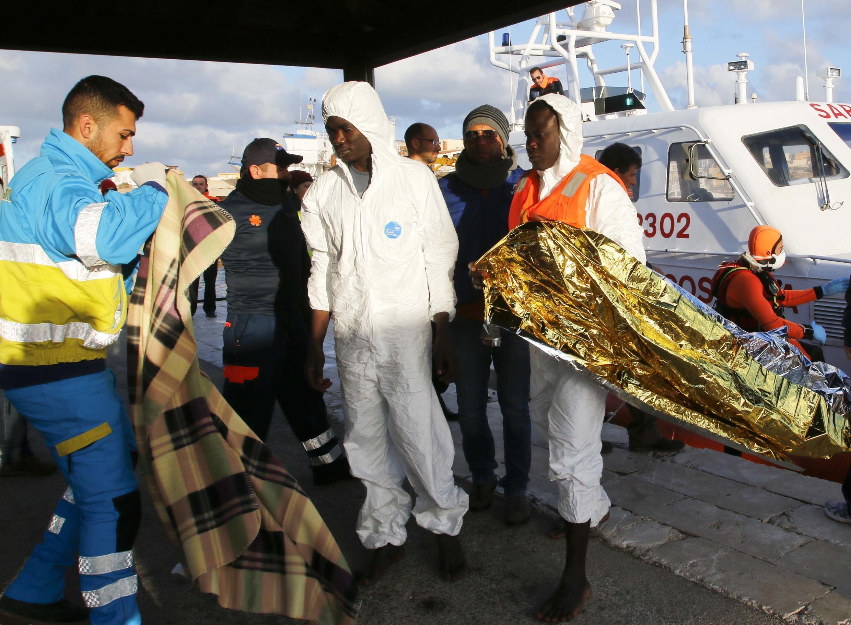 Des migrants arrivent sur le port de Lampedusa, en Sicile, le 11 février 2015, après le naufrage de leur embarcation.